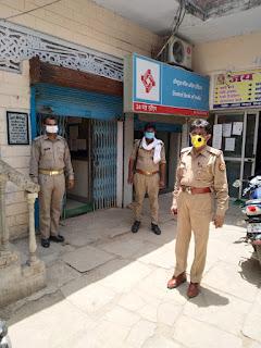 कोरोना वायरस के संक्रमण से बचाव व रोकथाम हेतु मास्क व सेनेटाइजर का प्रयोग करने हेतु जागरूक किया -पुलिस अधीक्षक जालौन         संवाददाता, Journalist Anil Prabhakar.                 www.upviral24.in
