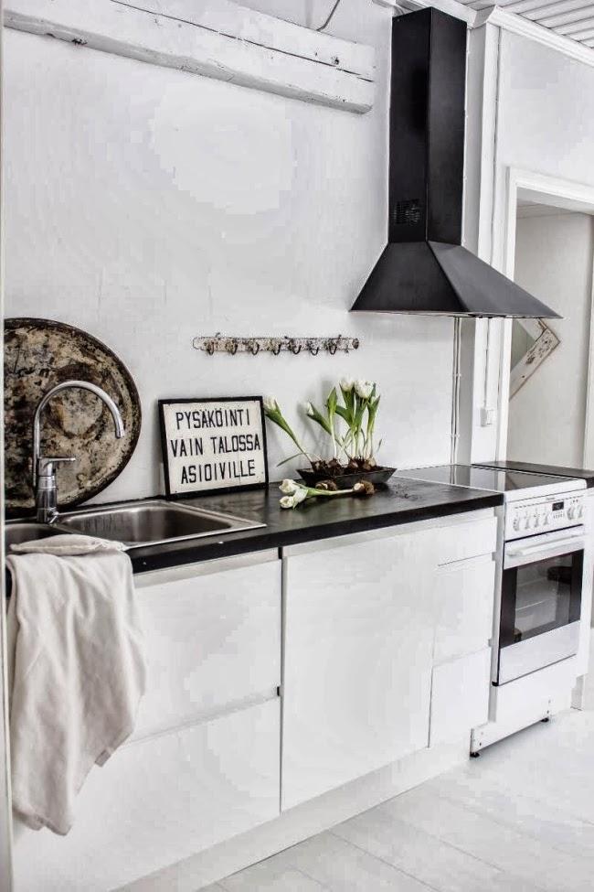 Piękne wnętrze w stylu skandynawskim i shabby chic, wystrój wnętrz, wnętrza, urządzanie domu, dekoracje wnętrz, aranżacja wnętrz, inspiracje wnętrz,interior design , dom i wnętrze, aranżacja mieszkania, modne wnętrza, styl skandynawski, scandinavian style, białe wnętrza, shabby chic, kuchnia