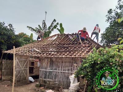 Pembongkaran leuit / lumbung padi bangunan lama