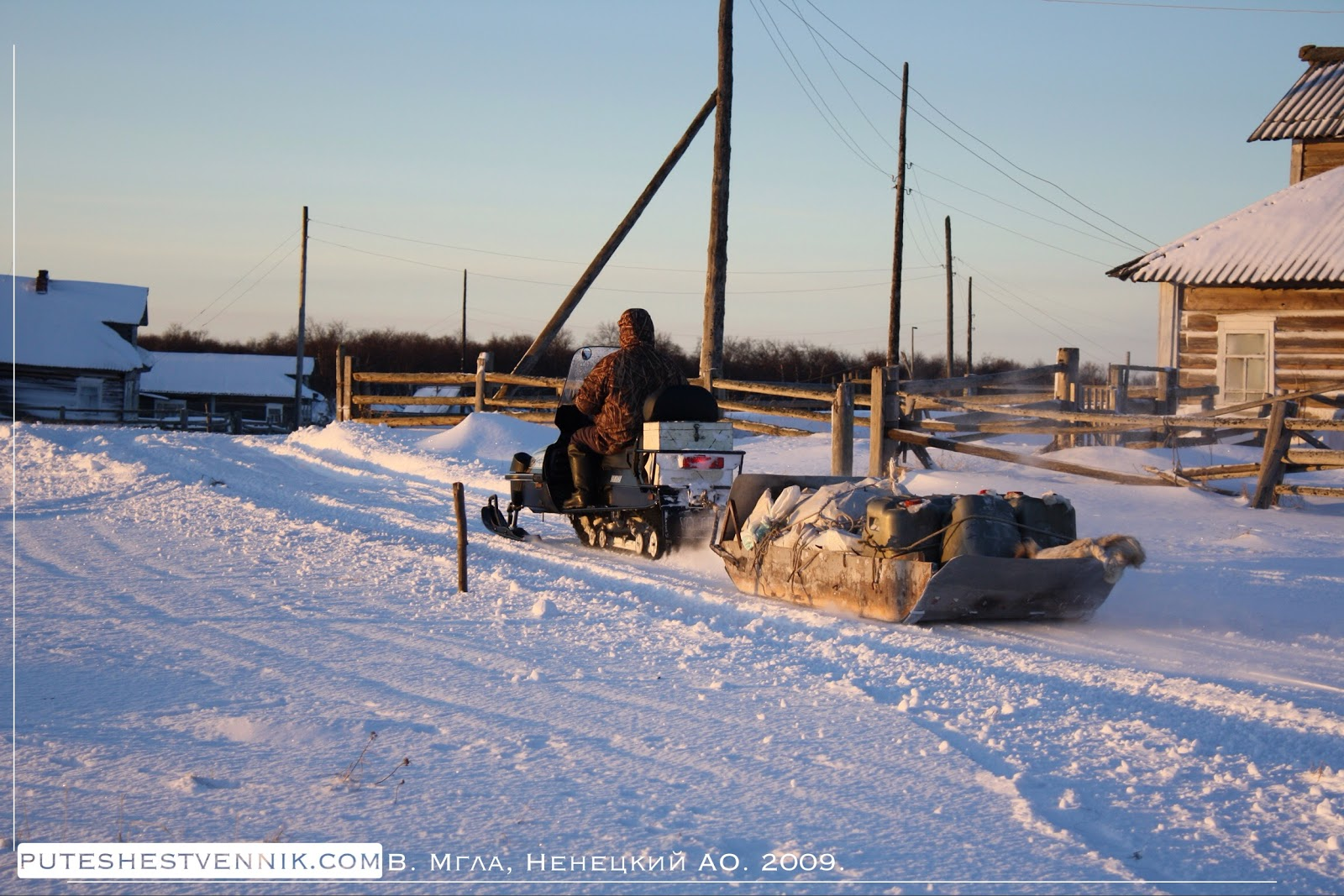Снегоход и сани