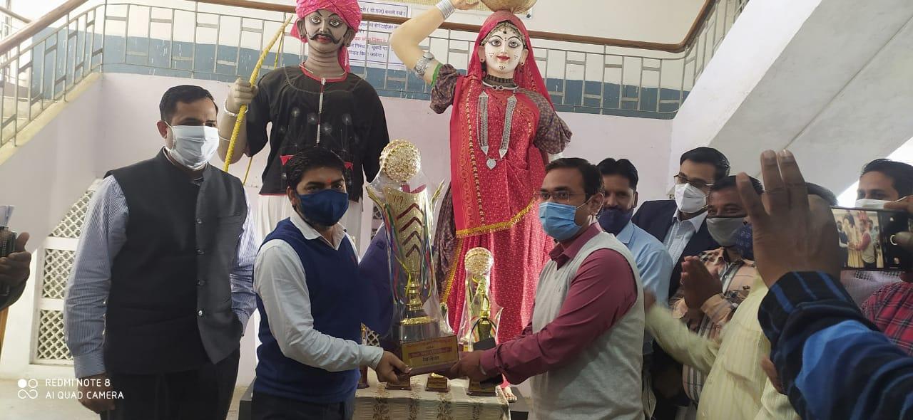 कलेक्टर रोहित सिंह ने आनंद उत्सव ट्राफियो का अनावरण किया
