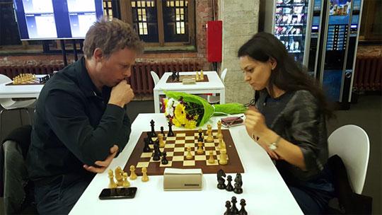 La sixième ronde était la dernière journée à Moscou pour Alexandra Kosteniuk en qualité de commentatrice des parties d'échecs - Photo © Amruta Mokal