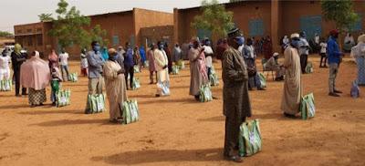 Hummanity First membagikan makanan di Niger, disponsori oleh Humanity First Norwegia