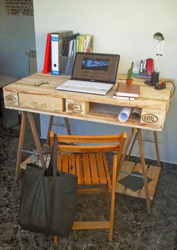 escritorio hecho con un palet y 2 caballetes. Black Bedroom Furniture Sets. Home Design Ideas