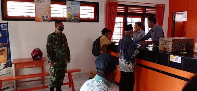 Babinsa Koramil 15/Polanharjo Amankan Penyaluran Bantuan Langsung Tunai