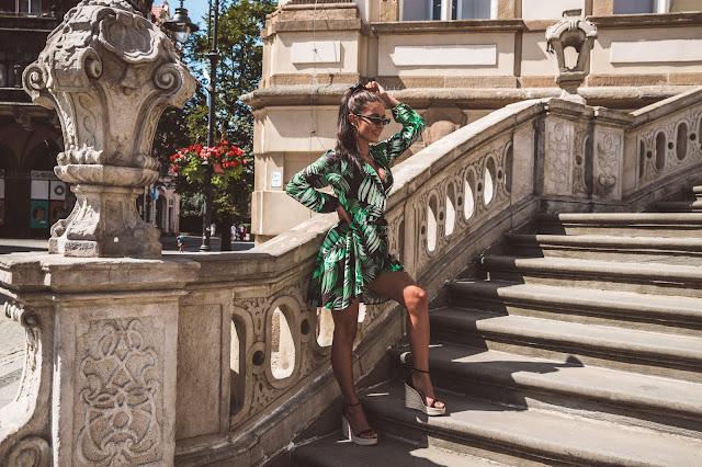 Motyw liści na letniej sukience oraz nietypowe okulary Balenciaga - Czytaj więcej