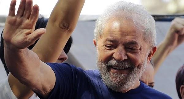 O Superior Tribunal de Justiça (STF) decidiu nesta terça-feira (23) reduzir a pena do ex-presidente Lula. Com a medida, o ex-presidente poderá deixar a prisão ainda neste ano.