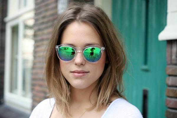 cb09e6676e3c7 O que antes era considerado cafona, agora virou moda. Estamos falando dos  óculos com lentes espelhadas, que viraram tendência, até as famosas já  estão ...