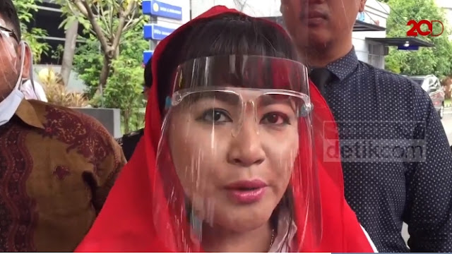 Dewi Tanjung Laporkan Presidium 212 soal Kepemilikan Bendera Palu Arit PKI