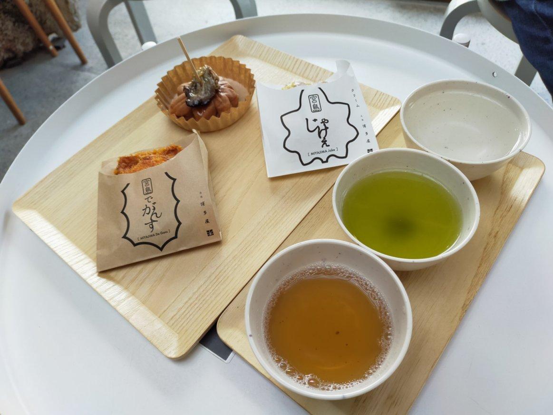 元祖もみじ饅頭 博多屋の商品。広島でがんすと広島じゃけぇと、もみじまんじゅうに、カキのオイル漬けを合わせた「もみじの出逢いセレクション」