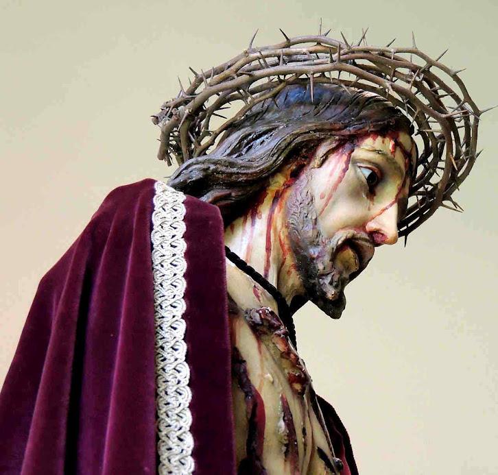 Os carrascos de Cristo lhe impuseram uma capa purpúrea para escarnece-lo. A capa embebida do sangue divino passou a ser a mais valiosa da História