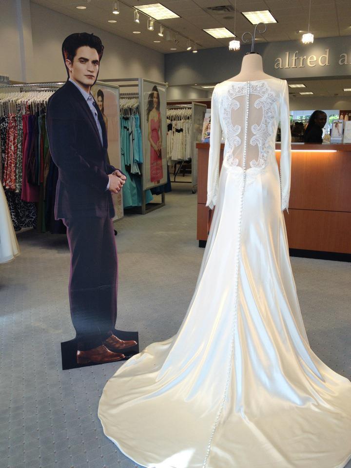 Em Sunrise Na Flórida Estão Vendendo O Vestido De Casamento Isabella Swan E Ao Lado Do Exposto Há Um Poster Muito Bonito Edward Cullen