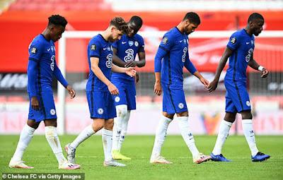 """Báo chí Anh dìm Chelsea """"tới bến"""" sau trận thua sốc, ủng hộ MU vào top 4"""