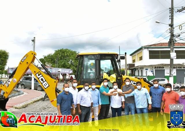 Prefeito de Acajutiba entrega a população uma retroescavadeira, um trator e implementos agrícola