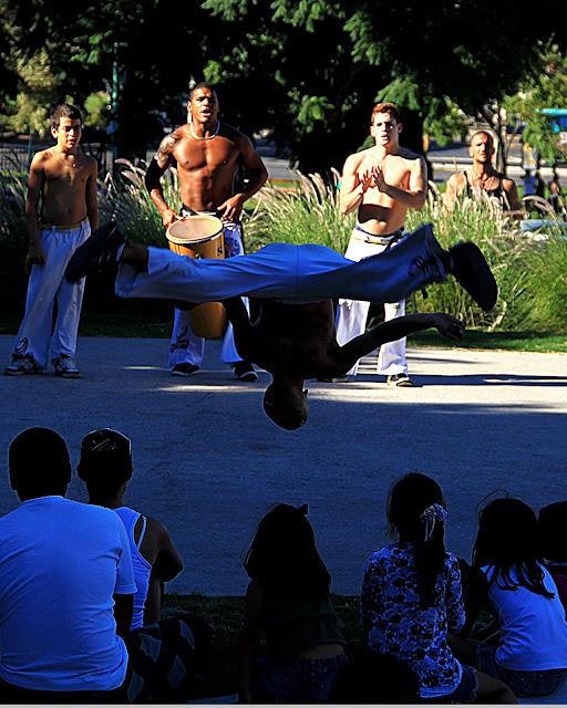 Jovén haciendo piruetas en baile africano