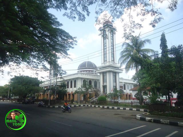 Sosok penjaga Mesjid Agung Subang. Foto jepretan didepan masjid Agung Subang