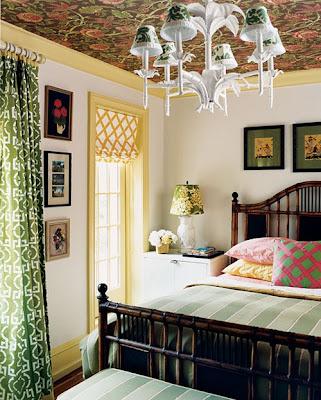 Para esse efeito podem ser utilizados tecidos para decoração, muito usados em paredes; ou até mesmo o próprio papel de parede.