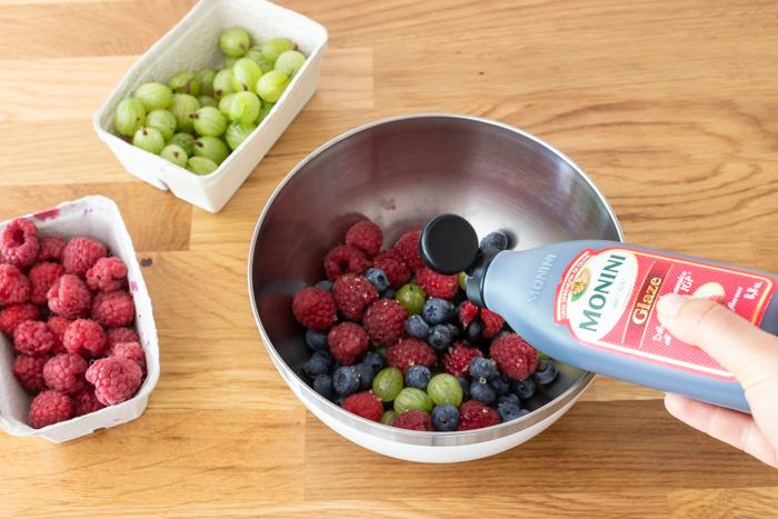 Mus malinowy z mascarpone z sałatką z letnich owoców (przepis krok po kroku)
