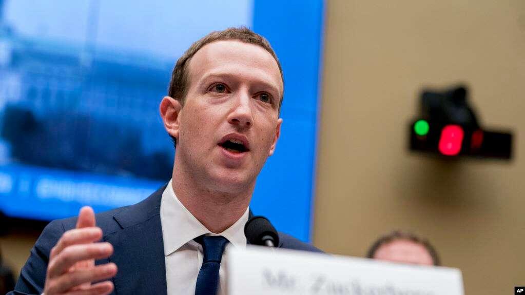 El CEO de Facebook, Mark Zuckerberg, durante una audiencia de la Comisión de Energía y Comercio en Capitol Hill sobre el uso de datos de Facebook en las elecciones de 2016 y la privacidad de datos / AP