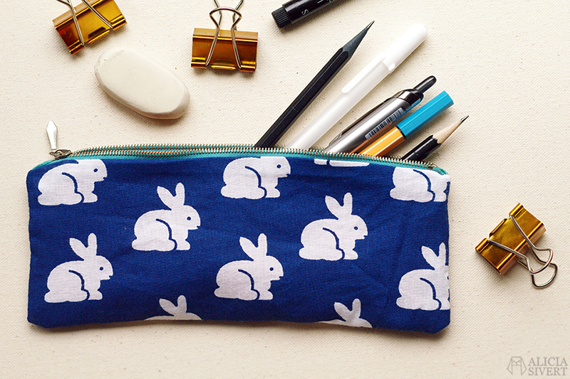 aliciasivert alicia sivert sivertsson diy do it yourself gör det själv sy sytt sömnad pennskrin pencil case pennor förvaring sew sewing rabbit rabbits bunny bunnies pattern kanin kaniner kaninmönster kaninmönstrat mönster mönstrat blå blått tyg fabric blue vit kanin vita kaniner återbruk remake
