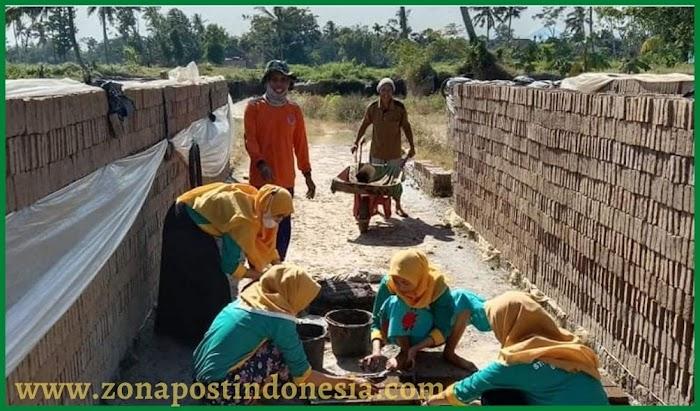 KKMT Pendampingan Manajemen Produksi dalam Pengembangan Usaha Batu Bata di Desa Mangli