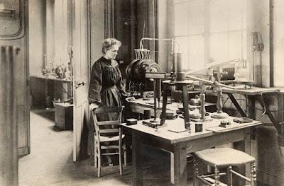 Marie Curie dans son laboratoire (pinterest.fr)