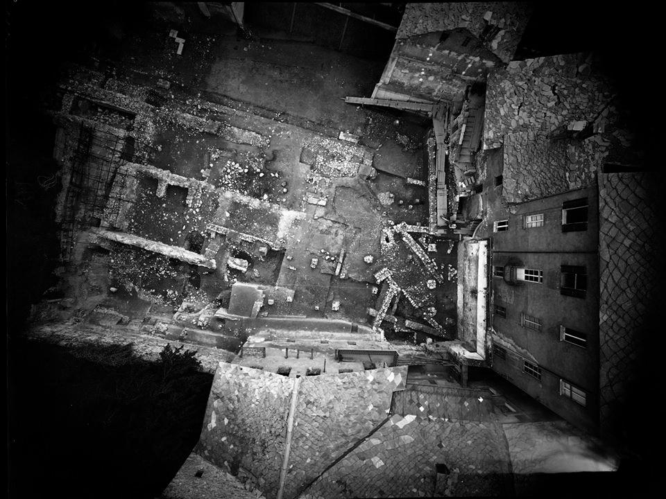 Una veduta nadirale da pallone a elio a bassa quota dello scavo archeologico del Foro Romano ad Aosta, 1988 - Fotografia di Giorgio Jano