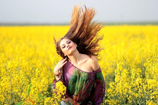 Mulher feliz com os seus cabelos