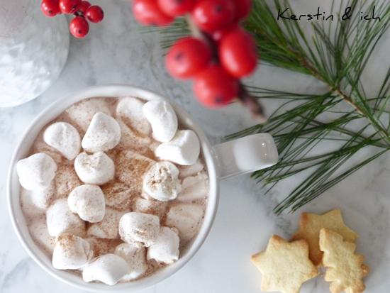 Heißer Kakao mit Marshmallows und Zimt