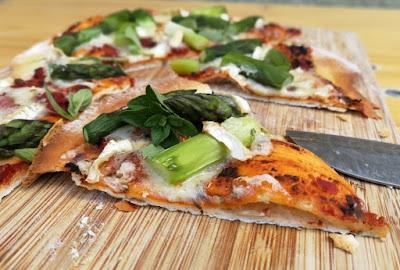 Tiefkühlpizza selbstgemacht (mit Variationen) - Pizza mit grünem Spargel