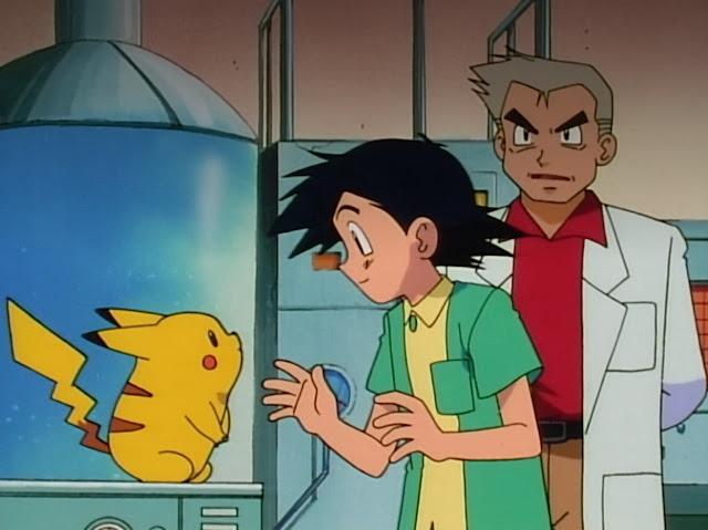 Pikachu es un ratón con cola en forma de rallo, amarillo con mofletes rojos esta conociendo a Ash un niño con camisa amarilla y jersey verde y al profesor Oak, polo rojo y bata blanca