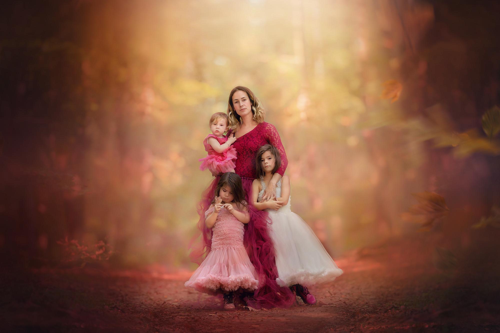 Natuurlijk licht foto van een moeder met haar kinderen in een herfstbos door natuurlijk licht fotograaf en coach Willie Kers uit Apeldoorn