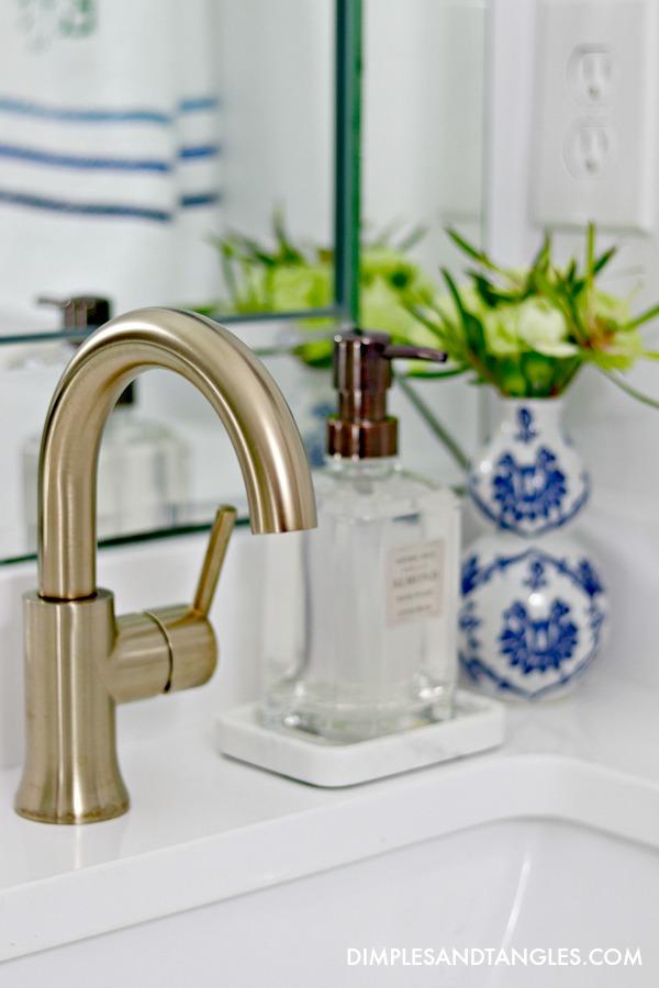 delta trinsic faucet, brass bathroom faucets, white quartz counters
