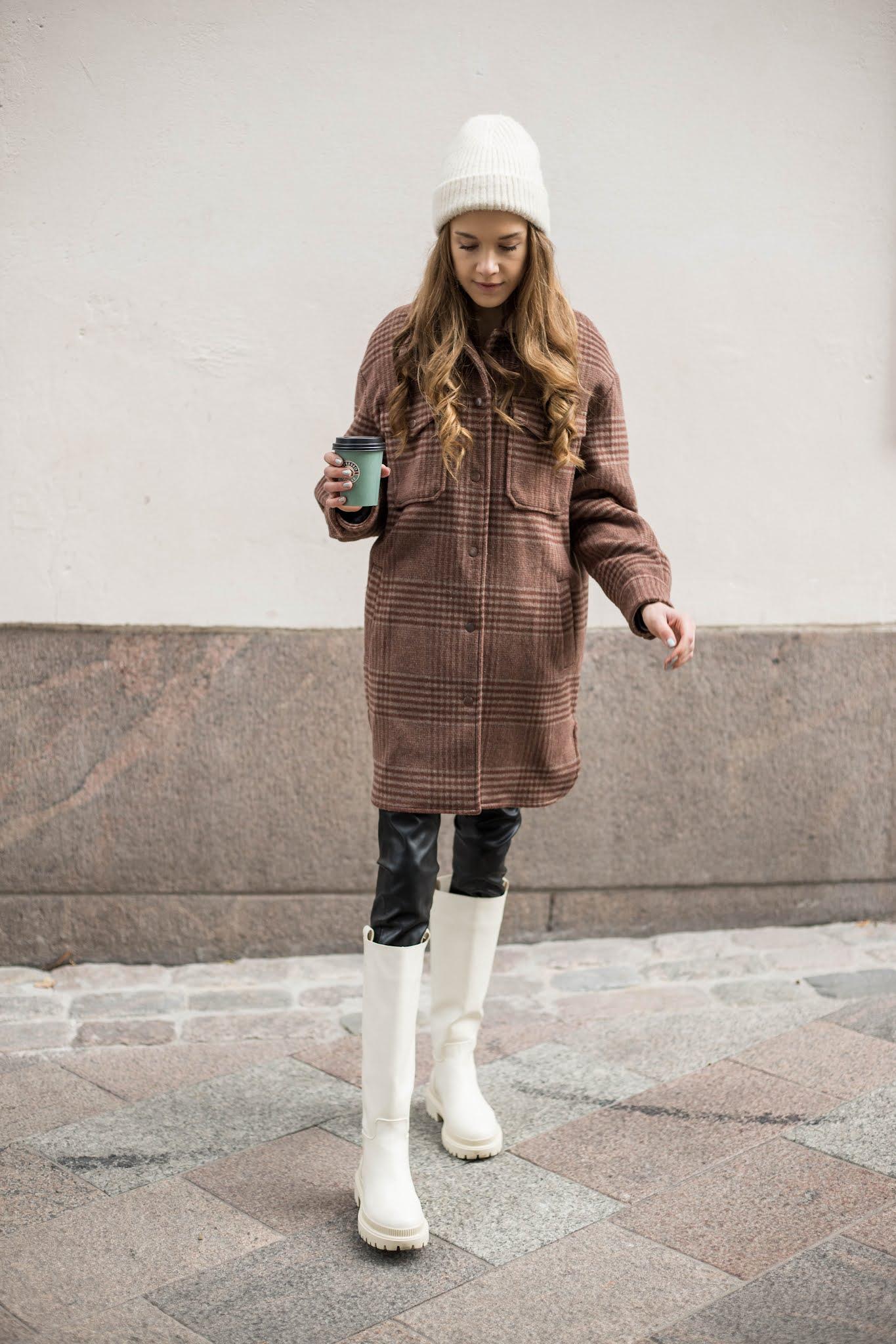 Rento syysasu: paitatakki + vaaleat bootsit // Casual autumn outfit: shacked and cream coloured chunky boots
