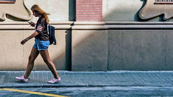 Uruguay buscan prohibir a peatones cruzar calles usando celular