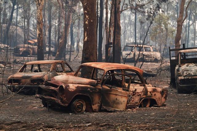 Сгоревшие машины после разрушительных пожаров, которые прорвались в районы возле Коло-Хайтс