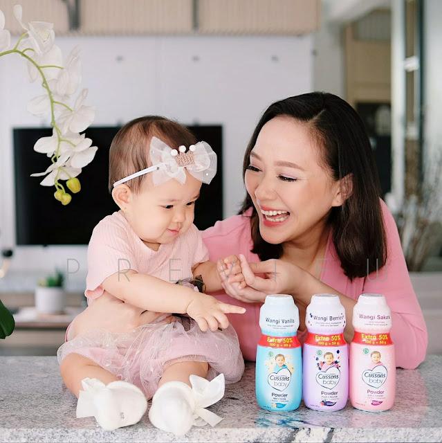Yunita Christiani dan Ariela Menggunakan Cusson Baby Powder Moodscent