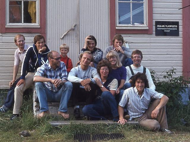 11 ihmistä tutkimusaseman portailla.