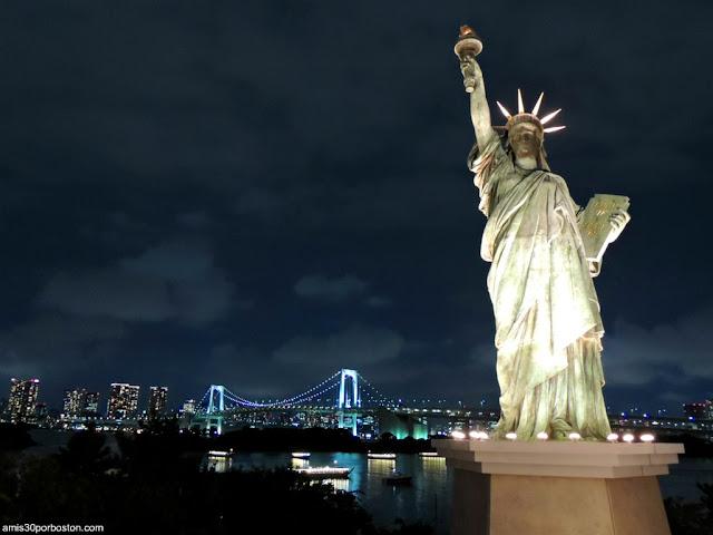 Estatua Libertad y Rainbow Bridge en Odaiba, Tokio