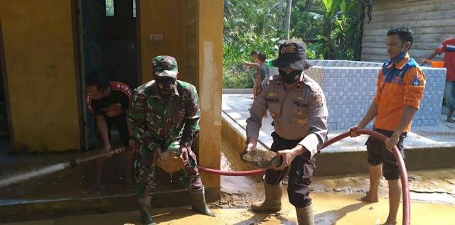 Pasca Hujan Deras, TNI/Polri dan Dinas Terkait Bersinergi Bersihkan Lumpur di Masjid Desa Teungoh Trumon Tengah