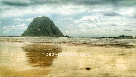 Pantai Pulau Merah yang Bikin Betah.