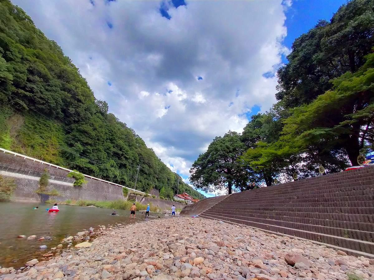 君田こども遊園地の川。ちゃんと遊び場として整備されています。