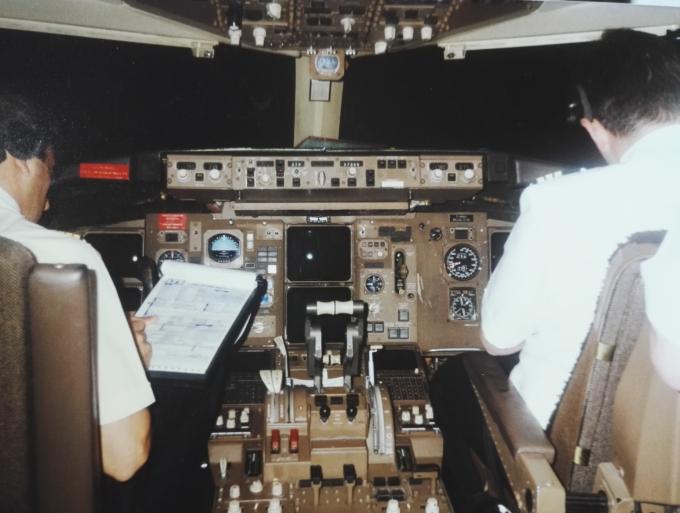 Lentokoneen ohjaamo 1990