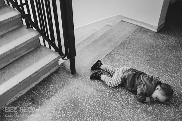 15+ Hilarious Pics That Prove Kids Can Sleep Anywhere - Stairway
