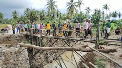 Jembatan di Desa Lapaukke Putus, Kapolsek Bersama Camat Pammana Turun Langsung