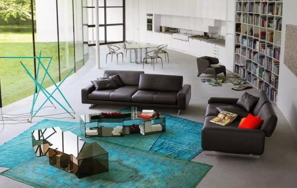 en una sala decorada con sofs negros podemos jugar con acentos de colores como cojines y alfombras para no recargar mucho el ambiente - Sofas Negros