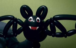 Große Fledermaus als Ballonmodellage aus schwarzen  Modellierballons.