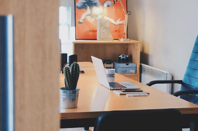 scrivania-pc-lavoro