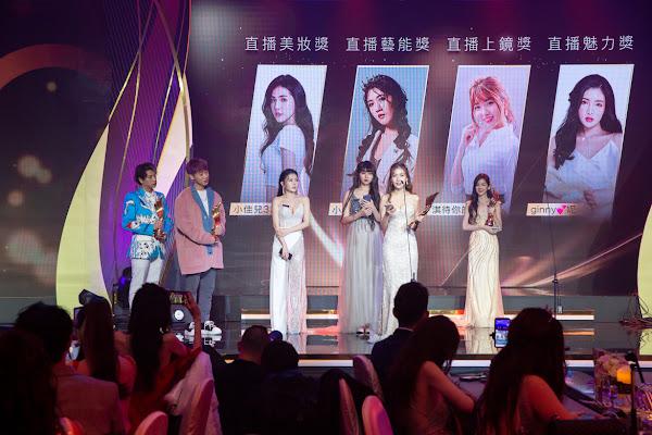 嘻小瓜(左起)小賴頒發直播風格類獎項