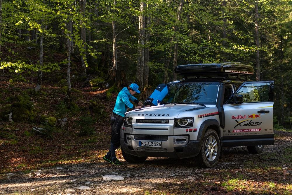 Land Rover Defender hỗ trợ giải đua mạo hiểm và khắc nghiệt nhất thế giới